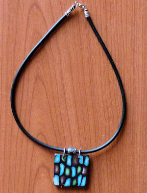 collier_contemporain_fimo_lavachequireve02.jpg